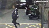 羅女走在新莊區民安西路巷內,遭1名陌生男子尾隨襲胸得逞,她隨後將監視器影片PO網,提醒女性民眾多加注意(翻攝畫面)