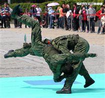 陸軍特戰指揮部戰技隊近身格鬥,展現實戰技巧各個身手矯健,戰技高超在戰場讓敵人心驚膽喪。(記者邱榮吉/攝影)