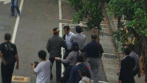 ▲立委徐永明上午被疑似反年改人士包圍拉扯。(取自邱議瑩臉書)