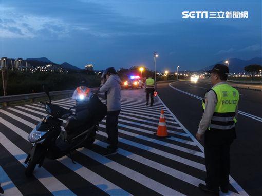 蘆洲分局會同稽查人員設點稽查改裝車。(圖/警方提供)