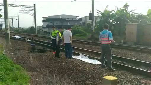 男子闖平交道遭火車撞飛,屍塊散落鐵軌。