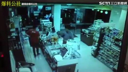男店內抽菸被阻止 憤與店員扭打成團。(圖/翻攝自爆料公社臉書)