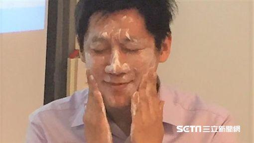 醫師黃毓惠提醒,別過度洗臉,早晚各一次為佳。(圖/記者楊晴雯攝)