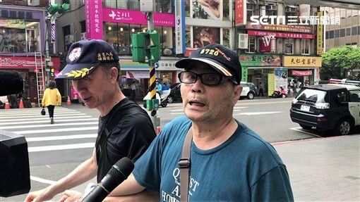 66歲退役軍人蔣志豪持鐵鎚砸破三立新聞台SNG車,遭到警方當場逮捕帶回偵辦(楊忠翰攝)