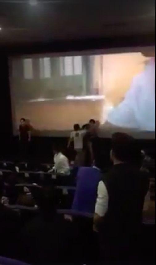 男女朋友各自帶小三小王看電影狹路相逢,螢幕前上演全武行。(圖/李國輝臉書)