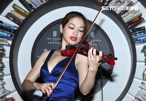 台灣安潔莉娜裘莉性感火辣的康妮媚,爆乳拉小提琴。(記者邱榮吉/攝影)