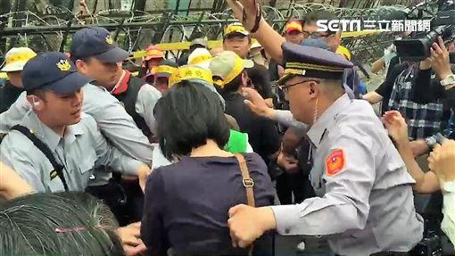 反年改人士堵在出入口阻止立院職員、記者及助理進入立法院內(陳彥宇攝)