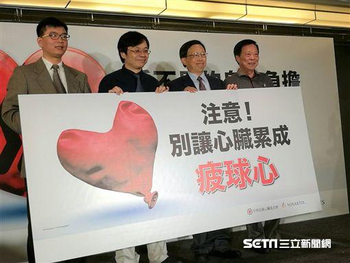 醫師洪惠風(左2)說,「疲球心」主要症狀是呼吸困難及胸痛,而咳嗽、疲累、喘、水腫等也是常見症狀。(圖/記者楊晴雯攝)