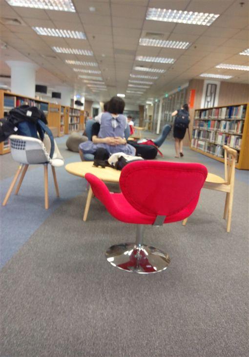 女學生心癢難耐跨坐在男友身上。(圖/擷取自靠北淡江)
