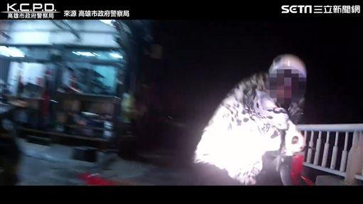 警奮戰追嫌不放棄 警民合作追捕成功。(圖/翻攝自高雄市政府警察局)