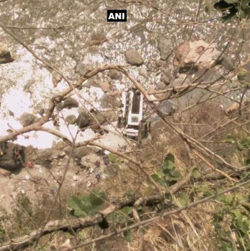 印度巴士在喜瑪拉雅山區中翻落(圖/翻攝自推特)