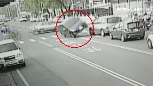 詭!左轉小碰撞竟翻車 駕駛爬出車外無傷