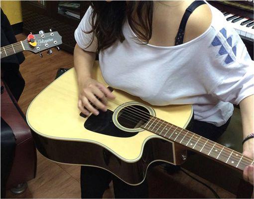 部落客,皮卡忠,音樂教室,吉他,胸部,巨乳 圖/翻攝自皮卡忠部落格