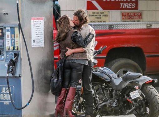 性感王,布萊德利古柏,Bradley Cooper,女神卡卡,Lady Gaga,熱吻,接吻,劇照(圖/翻攝自IG)