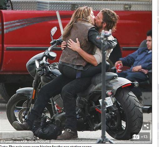 性感王,布萊德利古柏,Bradley Cooper,女神卡卡,Lady Gaga,熱吻,接吻,劇照(圖/翻攝自每日郵報)