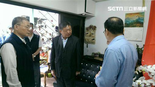 蔣根煌在新北市警察局長胡木源等人陪同下前往簡員住處捻香致意。(圖/翻攝畫面)