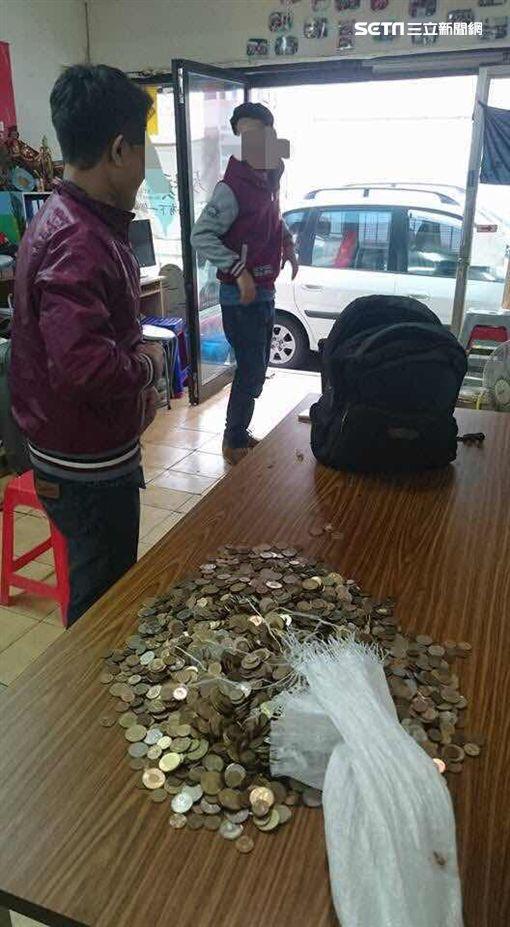 移工拿到加班費,竟然全是零錢。(圖/翻攝陳秀蓮臉書)