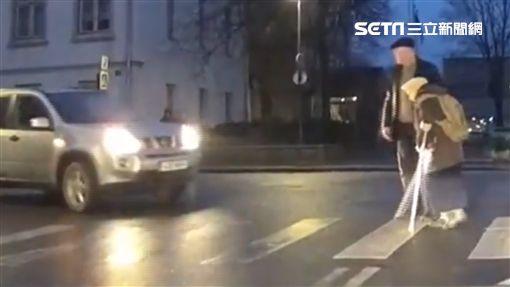 老人過馬路