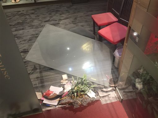 養生館遭黑衣人砸店。