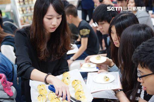 端午節還沒到就試吃月餅?50名大學生衝大潤發為做這件事…