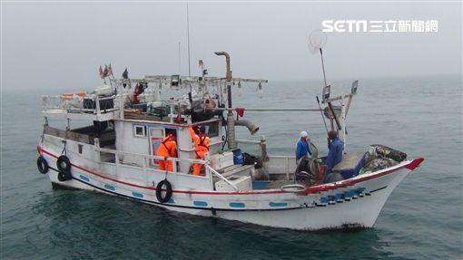 淡水海巡隊查獲禁漁區非法捕魚漁船。(圖/翻攝畫面)