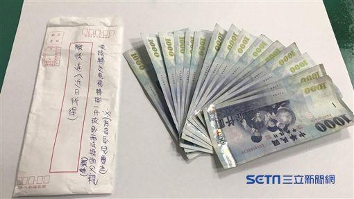 「縫補鈔」阿公故事新發展 善心人拿了信封袋進警局...圖/翻攝畫面