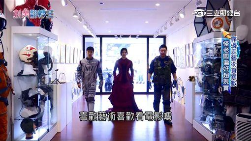 收藏家Ron張榮成展示戲服收藏。