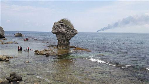 漁船失火,濃煙竄天際的畫面。(圖/翻攝自臉書小琉球聯盟)