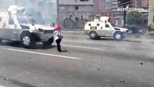 委反政府抗議持續 女子肉身擋坦克