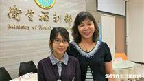 雙連社福慈善基金會昌平公共托老服務中心擔任照服小組長黃芊涵(左)。(圖/記者楊晴雯攝影)