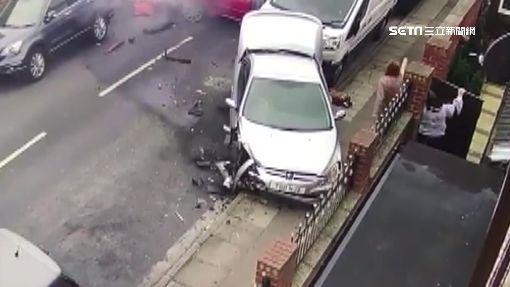 直擊!窄巷內暴衝撞4車 駕駛火速逃離