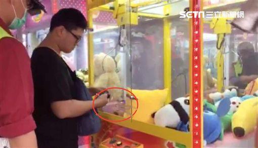男童從取物口爬進娃娃機,受困機台內!(圖/新北市消防局提供)