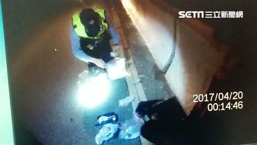 李男搭計程車遭遇警方路檢點,雙手發抖引起警方注意,李男被查出是毒品通緝犯,身上還攜帶大量毒品(翻攝畫面)