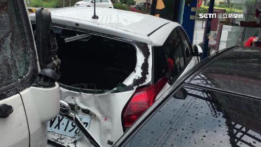 砰! 早餐貨車撞4車1攤位 車凹玻璃碎