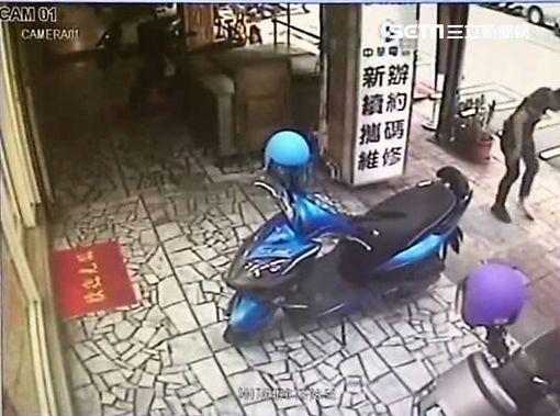 李男不滿林姓友人誣指他竊取金戒指,竟找來另一名友人埋伏持刀追砍對方(翻攝畫面)