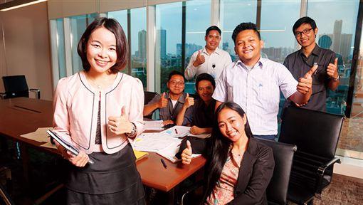 賴珩佳(左)負責的物業管理是夫家集團內最新事業單位,她流利的印尼語成為溝通利器。(圖/商業周刊/攝影駱裕隆)