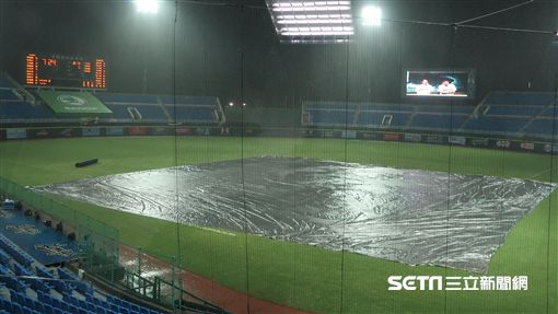 桃園球場下雨因雨延賽。(圖/記者王怡翔攝)