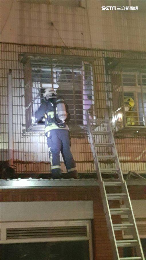 台北市民生東路五段2樓公寓傳出火警翻攝畫面