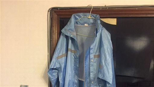 翁女疑因吸毒產生幻覺,將牆上掛著的藍色雨衣以為是有人上吊。(示意圖)