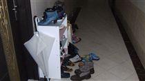 鞋櫃放公寓走廊 這家人慘被開罰4萬 圖/攝影者emment32, Flickr CC License https://www.flickr.com/photos/emment32/4677971285/in/photolist-88nPTk