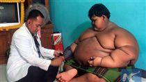 印尼11歲男童阿里亞體重直逼200公斤,一度造成健康亮紅燈。台灣的中國醫藥大學附設醫院及雅加達台商會計劃援助男童赴台就醫,男童父親阿德感謝台灣善心伸援。(阿德提供) 中央社記者周永捷雅加達傳真  106年4月25日