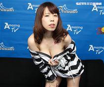 日本動感女優河西亞美角色扮演囚犯,熱愛遭挾持的情趣感。(記者邱榮吉/攝影)