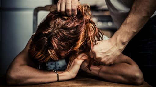 家暴,暴力,抓頭髮,動粗,毆打(示意圖/shutterstock/達志影像)