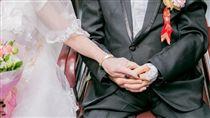 護理師述暖故事:阿公阿嬤病房拍婚紗(圖/台中市衛生局官方臉書「健康就是讚」)