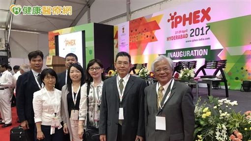 「2017國際健康照護暨醫藥展」台北市西藥代理商業同業公會參與成員合影