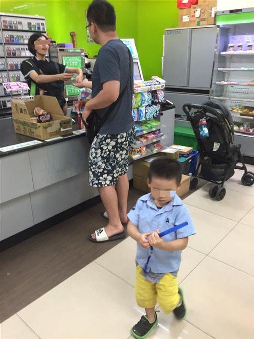 全家女店員揹小孩結帳 網友「感心」靠北(圖/翻攝爆廢公社)