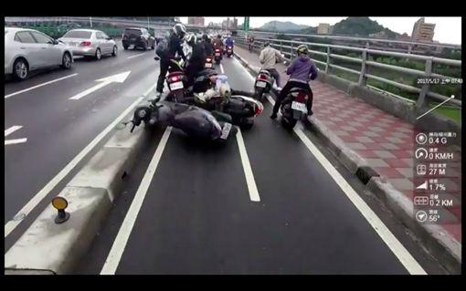 前車發生碰撞,後車煞車不及,發生追撞車禍。(圖/翻攝我是永和人)