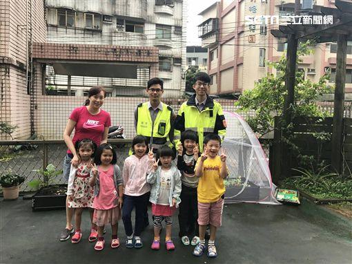 警方與小朋友們在開心農場前合照。(圖/翻攝畫面)