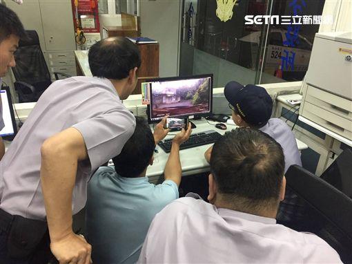 三芝分駐所員警與動保處人員調閱監視器。(圖/翻攝畫面)