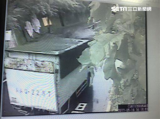 警方查出2人開著租來的白色貨車到三芝山區遺棄犬隻。(圖/翻攝畫面)